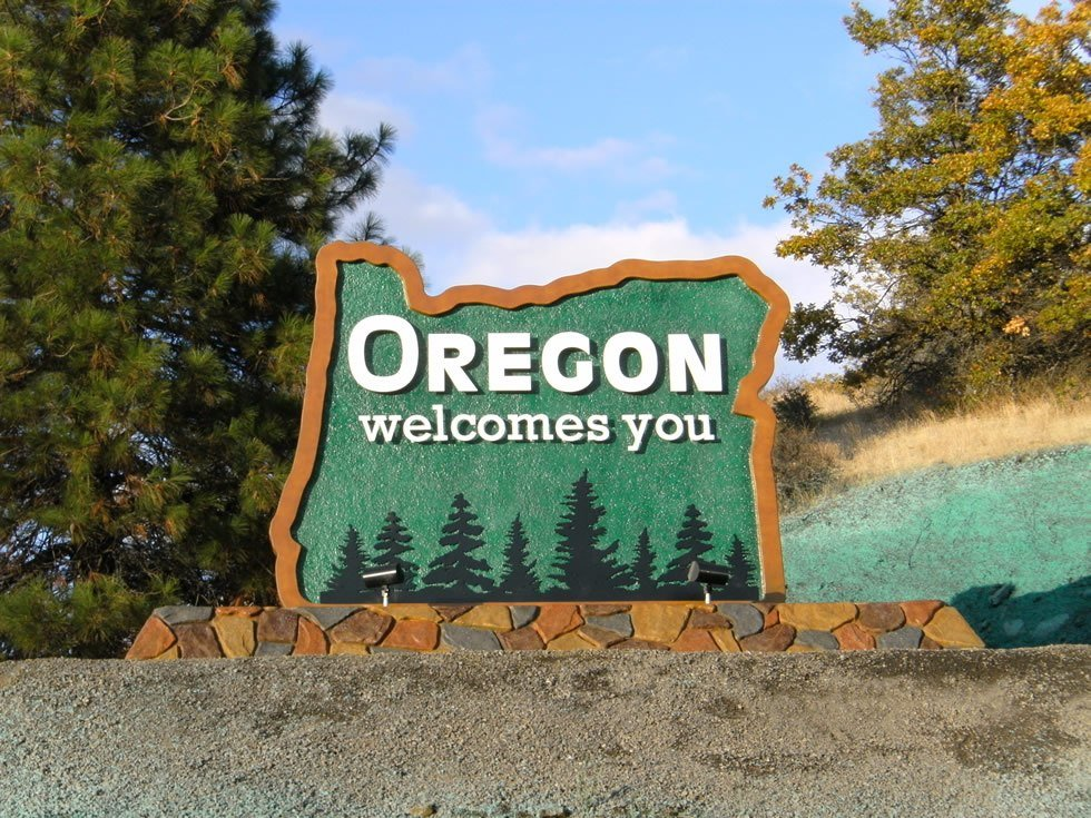 "Sign reading ""Oregon Welcomes You"""